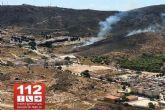 Efectivos de Bomberos y Protección Civil trabajan en la extinción de un incendio en las inmediaciones de la barriada de Lo Campano