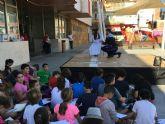 Don Juan y Doña Inés posan para los escolares en la plaza de España