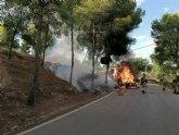 Incendio de un vehículo en las proximidades de zona forestal en La Alberca