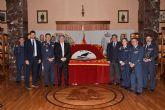 Los Alcázares entrega a la AGA un repostero con la enseña del Ala 11 por su 75 aniversario