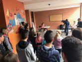 Los alumnos de Dolores de Pacheco hacen sus pinitos en el periodismo radiofónico