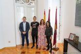 Los ganadores de la X Ruta de las Fortalezas, José Antonio Agüera e Irma Lorena Duchi, recibidos en el Palacio Consistorial