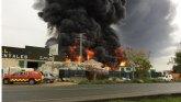 Incendio en Fuente Álamo. Bomberos trabajan en la extinción del incendio declarado en una nave industrial de inyección de plástico