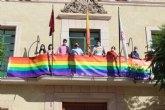 Colocan la bandera LGTBI en la fachada consistorial para visibilizar la defensa de los derechos de este colectivo ciudadano con motivo del Día Internacional del Orgullo