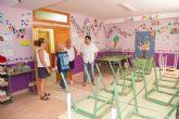 El alcalde visita a los niños del Centro San Pablo de Cáritas y recorre sus instalaciones
