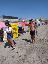 La campaña 'Piensa con los pulmones' llega a playas y mercados de San Javier