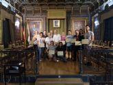 Los alumnos del 'taller de escrituras hist�ricas' reciben sus diplomas de participaci�n