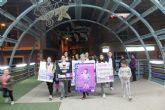 Un centenar de personas participan en una marcha para la Eliminación de la Violencia Contra la Mujer