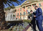 Más de 450 flores engalanan la Glorieta para simbolizar la erradicación de la violencia contra la mujer