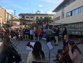 Un centenar de personas se congrega en la plaza de España para condenar la violencia de género