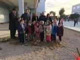 Alumnos del colegio Isabel Bellvís de Corvera plantan 30 moreras con motivo del día Mundial de la No Violencia y la Paz
