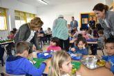 La consejera Adela Martínez-Cachá visita el comedor escolar del colegio José Alcolea Lacal de Archena