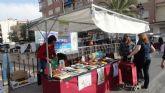La biblioteca municipal 'Mateo García' sale al mercadillo semanal para recoger alimentos a cambio de libros para Cáritas