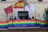 El Ayuntamiento coloca una pancarta conmemorativa con los colores arcoíris en el balcón de la fachada principal por el Día del Orgullo 2020