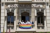 La Universidad de Murcia cuelga la bandera LGTBI en el edificio de la Convalecencia