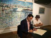 El pintor Saura Mira dona un lienzo de su colección 'Reflejos', sobre el Mar Menor, al Ayuntamiento de San Javier