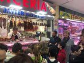 50 escolares de Casillas y La Flota visitan la plaza de abastos de Vistabella para conocer la importancia de los alimentos de calidad en la dieta diaria