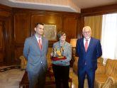 La federación de asociaciones de moros y cristianos de Abanilla otorga su insignia de oro a la Asamblea