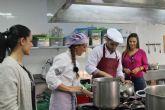 Una quincena de personas desempleadas se forman en operaciones básicas de cocina
