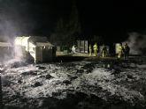 El incendio producido anoche por motivos que se desconocen en el ecoparque quedó controlado y sofocado pasada la medianoche