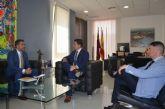 El alcalde se reúne con el director de Operaciones de Carrefour que en próximas fechas abrirá en el centro comercial Dos Mares