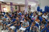 Los participantes de ´Educando en Familia´ recogen sus diplomas en la Barriada Virgen de la Caridad