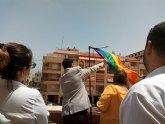 La bandera del orgullo LGBTI ondea por primera vez en el Ayuntamiento de Los Alcázares