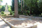 El parterre de la estatua de Roque Martínez, en la Plaza del Rey Don Pedro, está siendo reconstruido