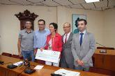 La Fundaci�n La Caixa dona un cheque por importe de 5.500 euros al Ayuntamiento de Alhama