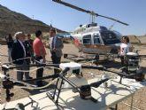 Un helicóptero de 400 litros de capacidad acaba con los focos de mosquitos en las zonas de difícil acceso