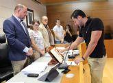 El concejal del Grupo Socialista, Pedro Antonio Megal, toma posesión de su nuevo cargo en la Corporación municipal en el transcurso del pleno ordinario