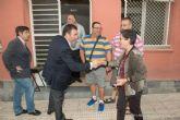 El alcalde toma nota de las necesidades de los vecinos de Fuente Cubas