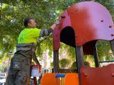 Parques y Jardines revisa cada día los más de 2.800 juegos infantiles del municipio para su correcto funcionamiento