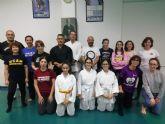 Un grupo de mujeres participan en la primera sesión del Master Class de Defensa Personal de la Mujer