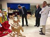 La Escuela Taller del Ayuntamiento dona 42 caballitos de madera al área materno-infantil de La Arrixaca