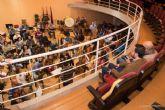 Jovenes estudiantes se acercan a la musica en el ensayo para el Concierto Extraordinario de Entre Cuerdas y Metales
