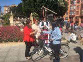 Una pareja de huertanos anima a los murcianos a usar la bicicleta en Fiestas de Primavera