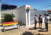 Bancos y señales arcoíris en Las Torres de Cotillas en apoyo de la diversidad sexual