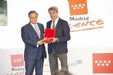 Tom�s Fuertes, recoge el premio a la Excelencia de la Persona de la mano del presidente de la Comunidad de Madrid