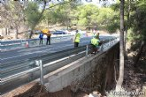 Acometen obras de reposición de la barrera de seguridad en una curva pronunciada de la RM-502, conocida como carretera de La Santa