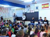 Jugadores del FC Cartagena visitan el CEIP La Asomada para prevenir el absentismo escolar