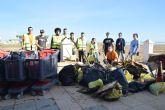 Estudiantes de Ingeniería de Recursos Minerales y Energía limpian la playa de Los Nietos