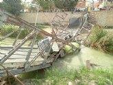 Atienden al conductor de un camión hormigonera que se ha precipitado al río, tras ceder un puente a su paso, en Beniel