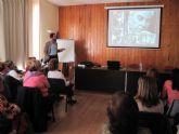 Los mayores echan una mirada al archivo fotográfico de Cartagena a través de conferencia de Pérez Adán