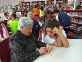 Escolares del CEIP Juan Navarro de La Hoya comparten conocimientos con los mayores del centro de d�a de Alhama