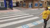 Los Alcázares instala pictogramas en los pasos de peatones para personas con discapacidad