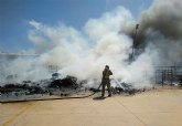 Incendio en el exterior de una nave industrial del pol�gono Industrial Las Salinas