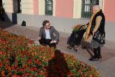 El PSOE acusa al PP de gastar miles de euros en flores que pocas semanas después tiran en buen estado a la basura