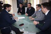El jefe del Ejecutivo regional se reúne en Cartagena con el presidente de Hostecar
