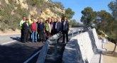 La carretera que une Alhama de Murcia con Pliego mejora su seguridad al repararse el firme y construir un muro